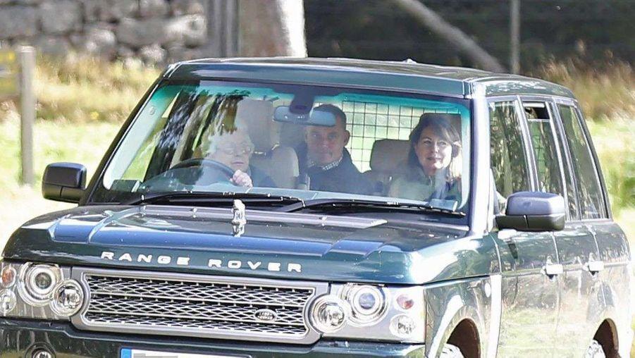 Quand la reine conduit Kate et les Middleton dans la campagne