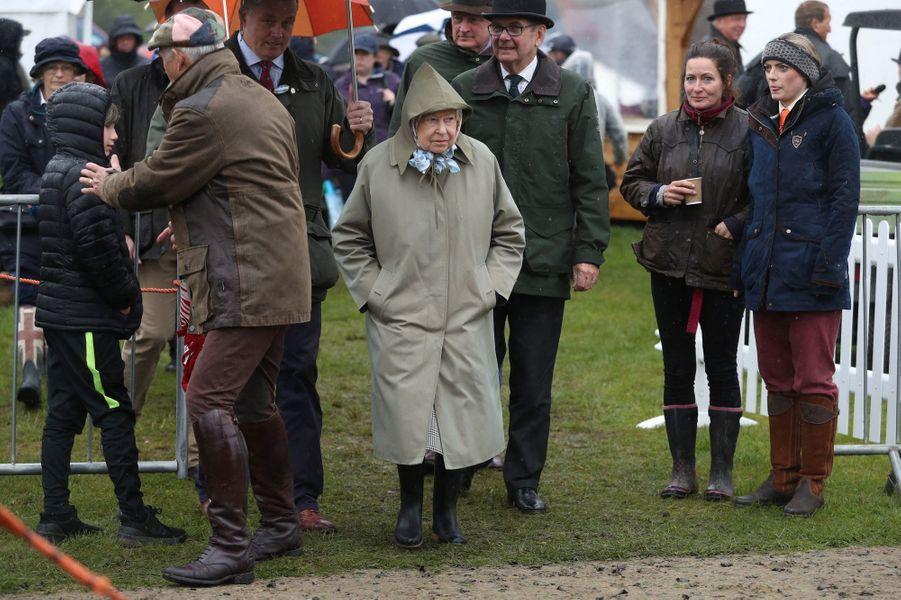 La reine Elizabeth II sous la pluie au Royal Windsor Horse Show à Windsor, le 8 mai 2019