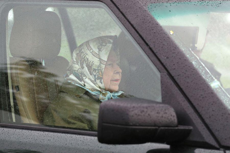 La reine Elizabeth II au volant dans son domaine de Windsor, le 8 mai 2019