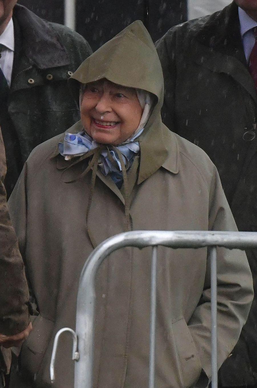 La reine Elizabeth II protégée de la pluie à Windsor, le 8 mai 2019