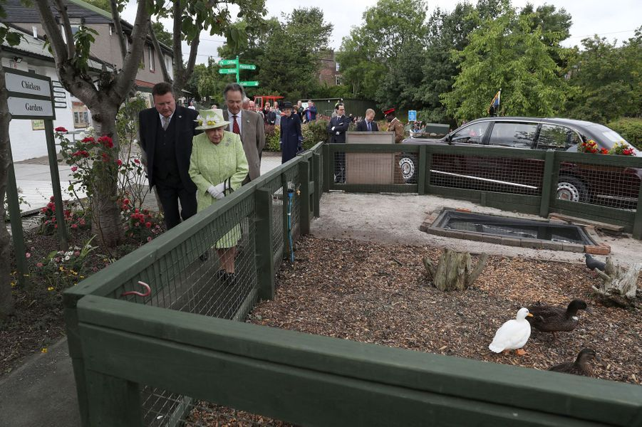 La reine Elizabeth II visite une ferme urbaine à Edimbourg, le 4 juillet 2019