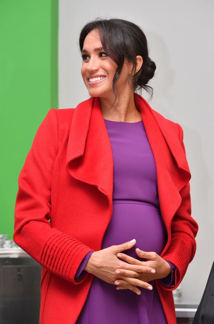 Meghan Markle, la duchesse de Sussex, en rouge et violet à Birkenhead, le 15 janvier 2019