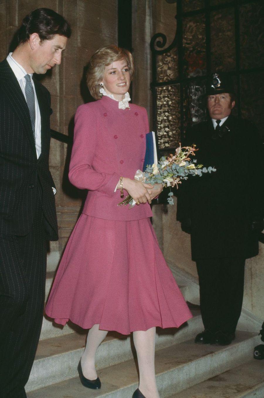 Lady Diana dans un tailleur de Jasper Conran à Londres en décembre 1982