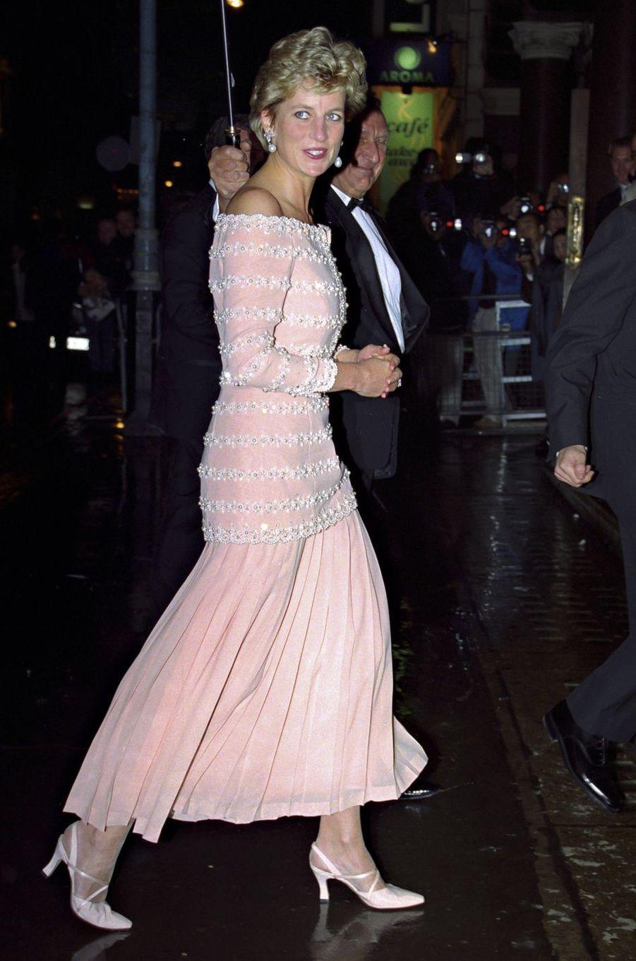 Lady Diana dans une robe de Catherine Walker à Londres, le 12 octobre 1993