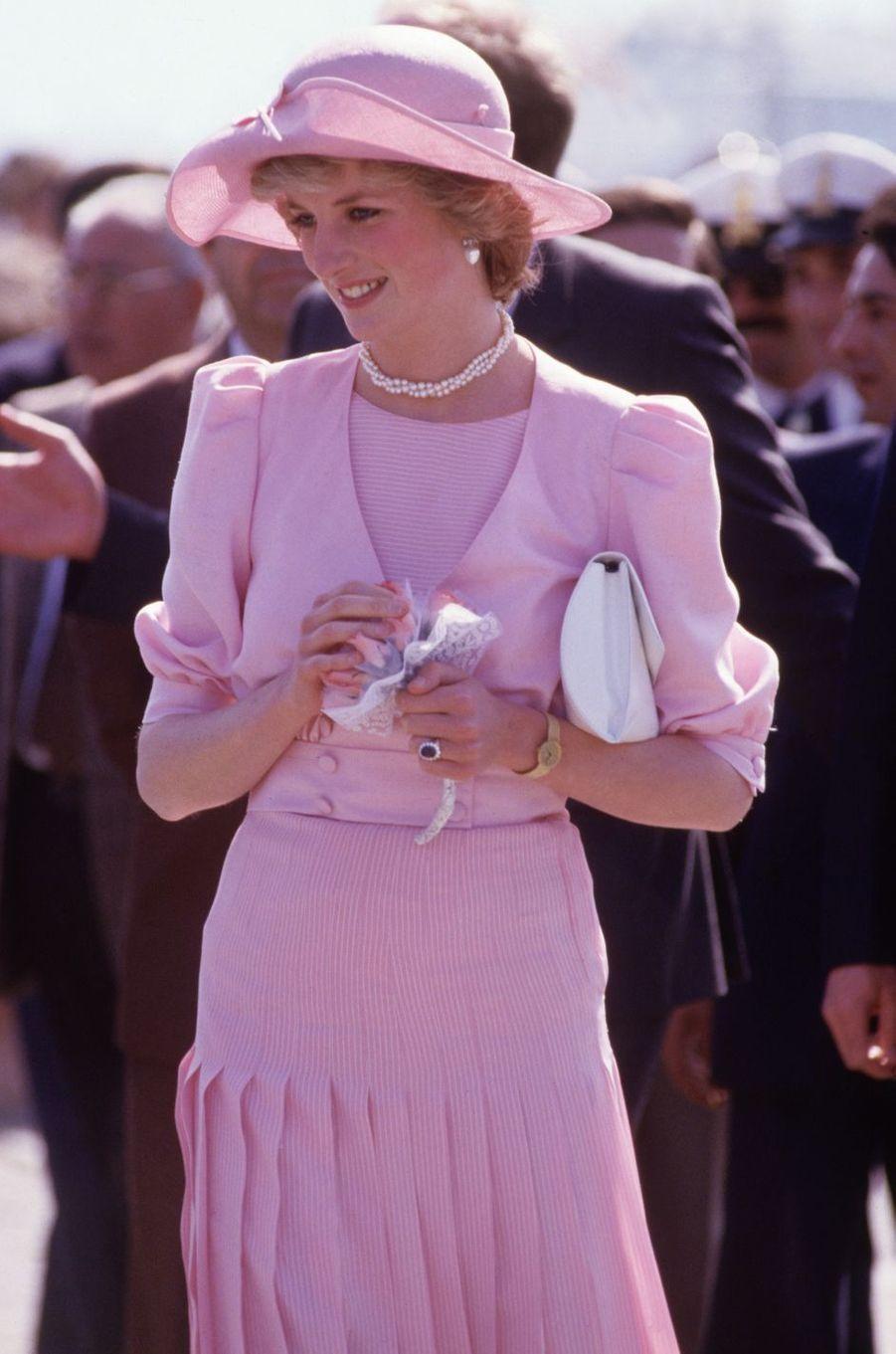 Lady Diana dans une robe de Catherine Walker en Sicile, le 30 avril 1985