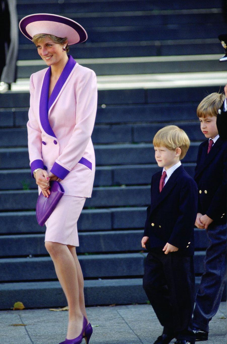 Lady Diana dans un tailleur de Catherine Walker avec les princes Harry et William à Londres, le 12 octobre 1990