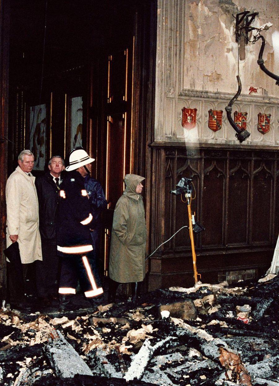 La reine Elizabeth II dans le château de Windsor après l'incendie, le 21 novembre 1992