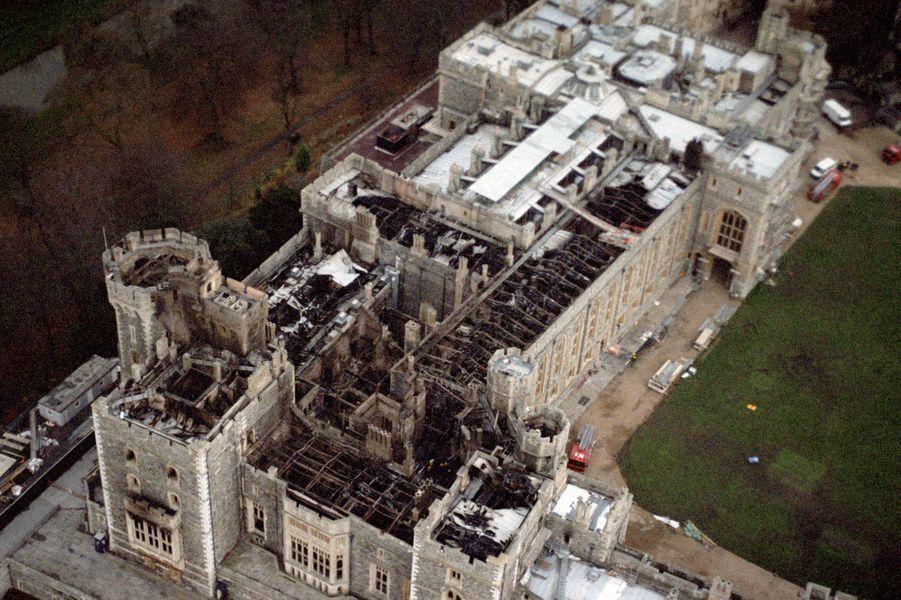 Vue aérienne du château de Windsor après l'incendie, le 23 novembre 1992
