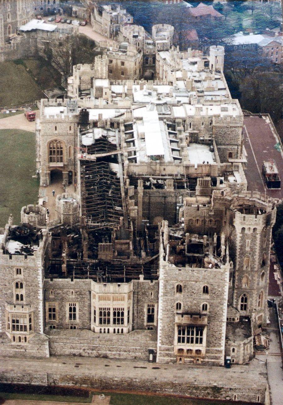 Vue aérienne du château de Windsor après l'incendie, le 21 novembre 1992