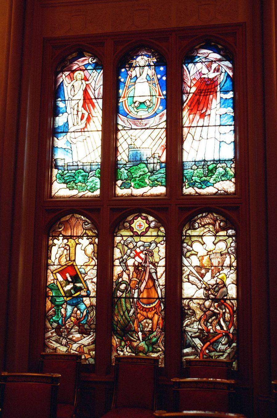 Les vitraux de la chapelle privée de la reine refaits après l'incendie du château de Windsor sur des dessins du prince Philip, le 17 novembre 1997