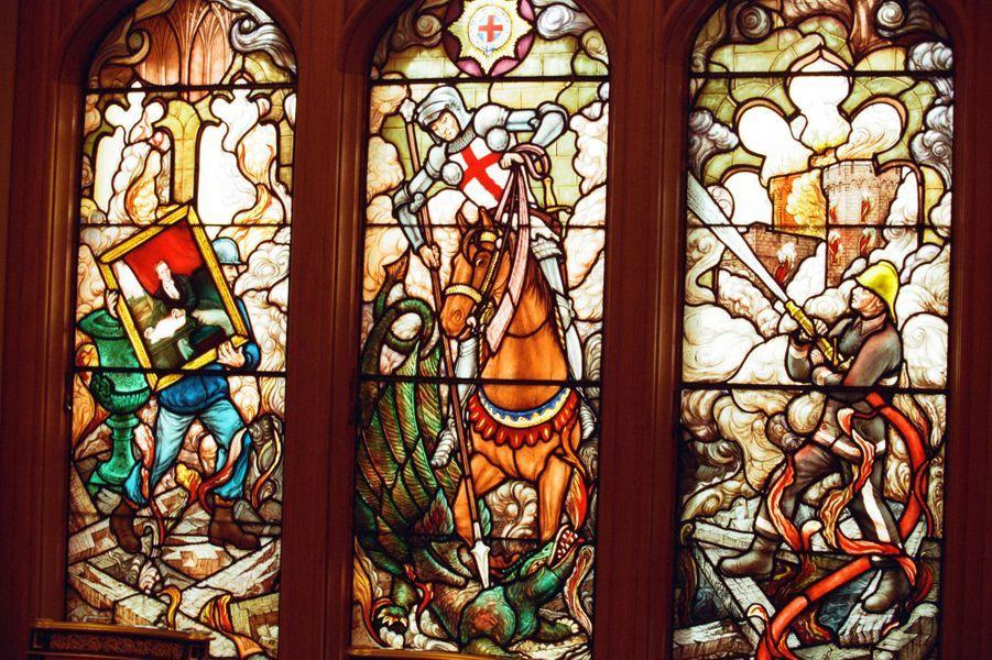Partie basse des vitraux de la chapelle privée de la reine refaits après l'incendie du château de Windsor sur des dessins du prince Philip, le 17 novembre 1997