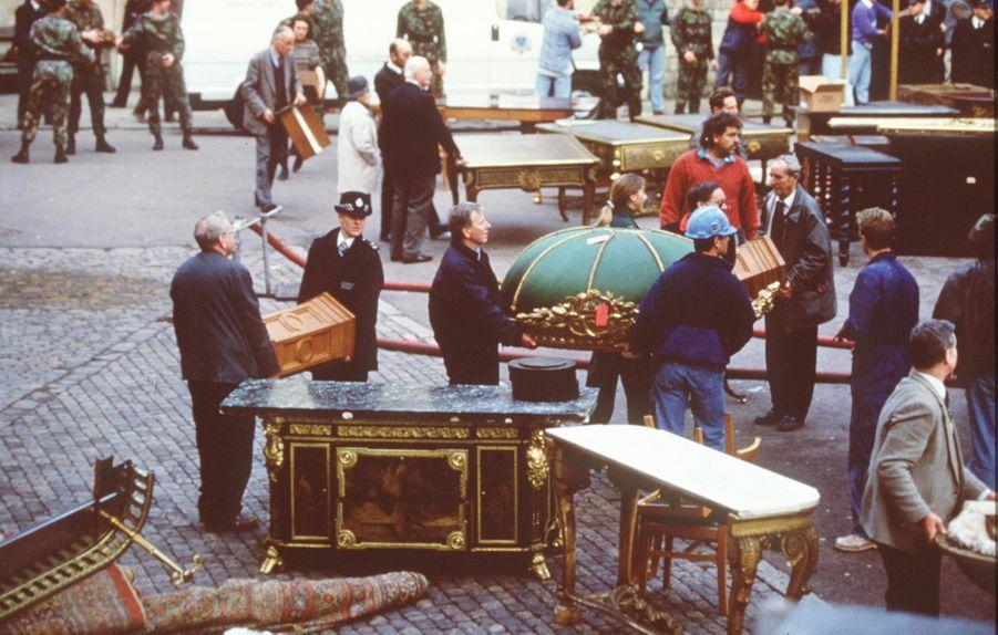 Evacuation du mobilier et des objets d'art lors de l'ncendie du château de Windsor, le 21 novembre 1992