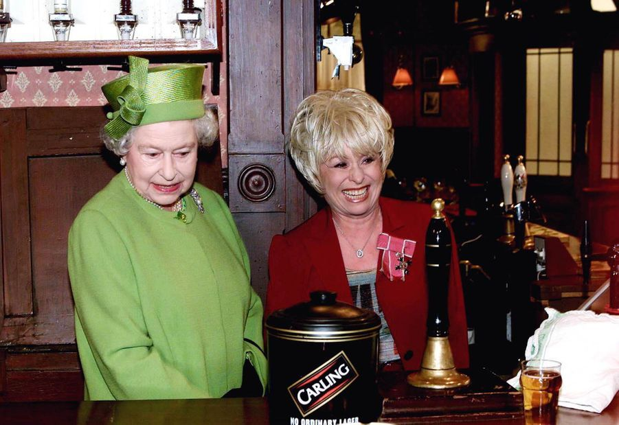 La reine Elizabeth II avec Barbara Windsor sur le tournage de EastEnders, le 28 novembre 2001
