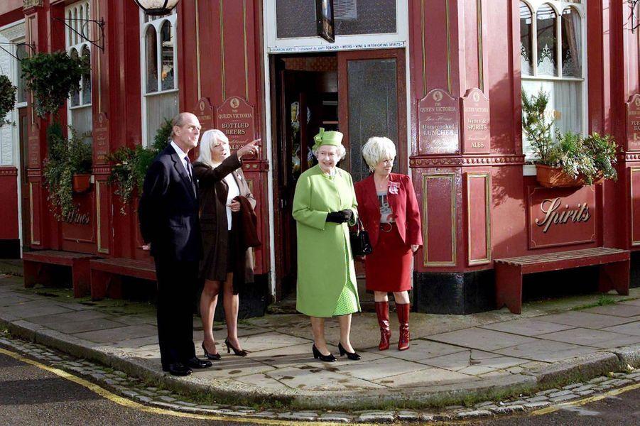 La reine Elizabeth II et le duc d'Edimbourg avec Barbara Windsor, le 28 novembre 2001