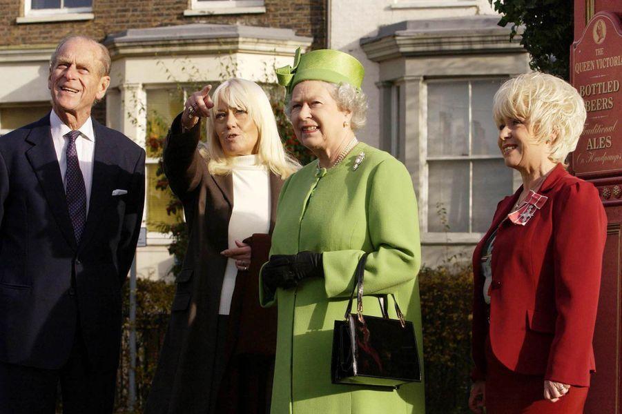 La reine Elizabeth II et le prince Philip avec Barbara Windsor, le 28 novembre 2001