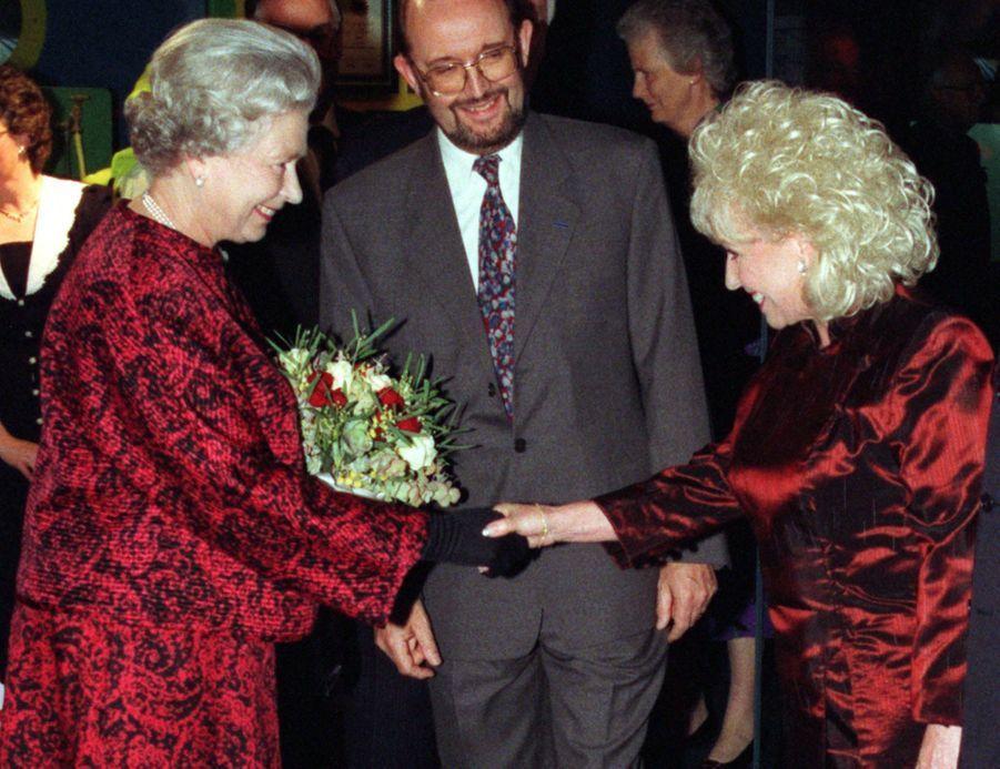 La reine Elizabeth II avec Barbara Windsor, le 29 octobre 1997