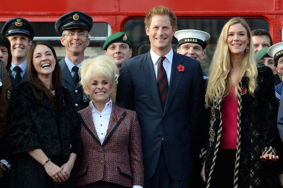 Le prince Harry avec Barbara Windsor, le 30 octobre 2014