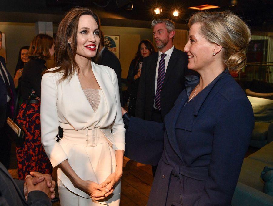 La comtesse Sophie de Wessex avec l'actrice et réalisatrice américaine Angelina Jolie à Londres, le 23 novembre 2018