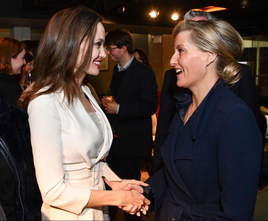 La comtesse Sophie de Wessex avec l'actrice et réalisatrice américaine Angelina Jolie, le 23 novembre 2018 à Londres
