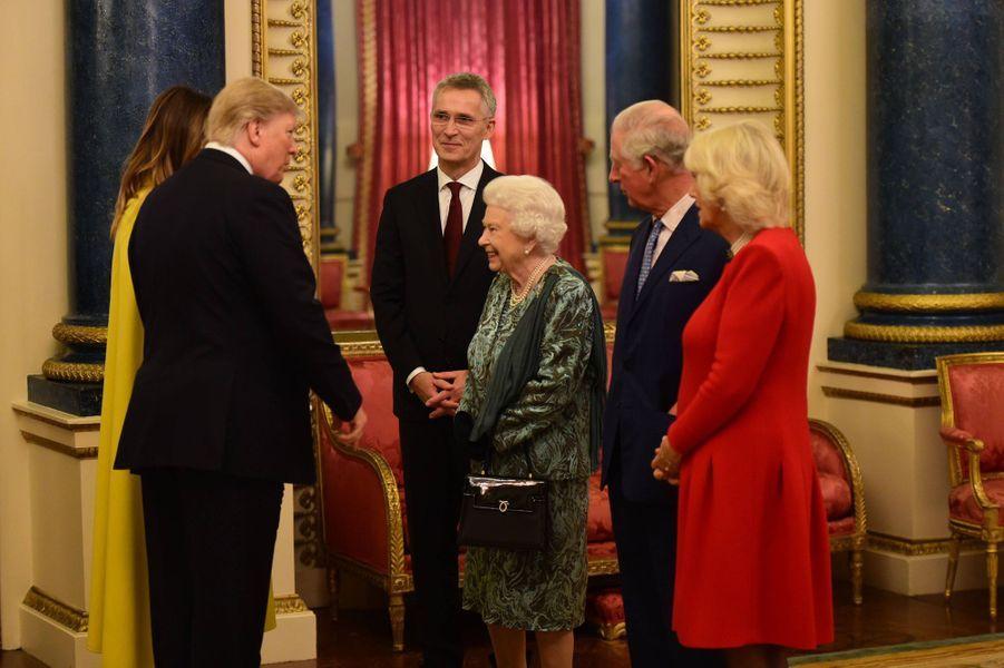 La reine Elizabeth II avec Donald et Melania Trump à Buckingham Palace à Londres, le 3 décembre 2019
