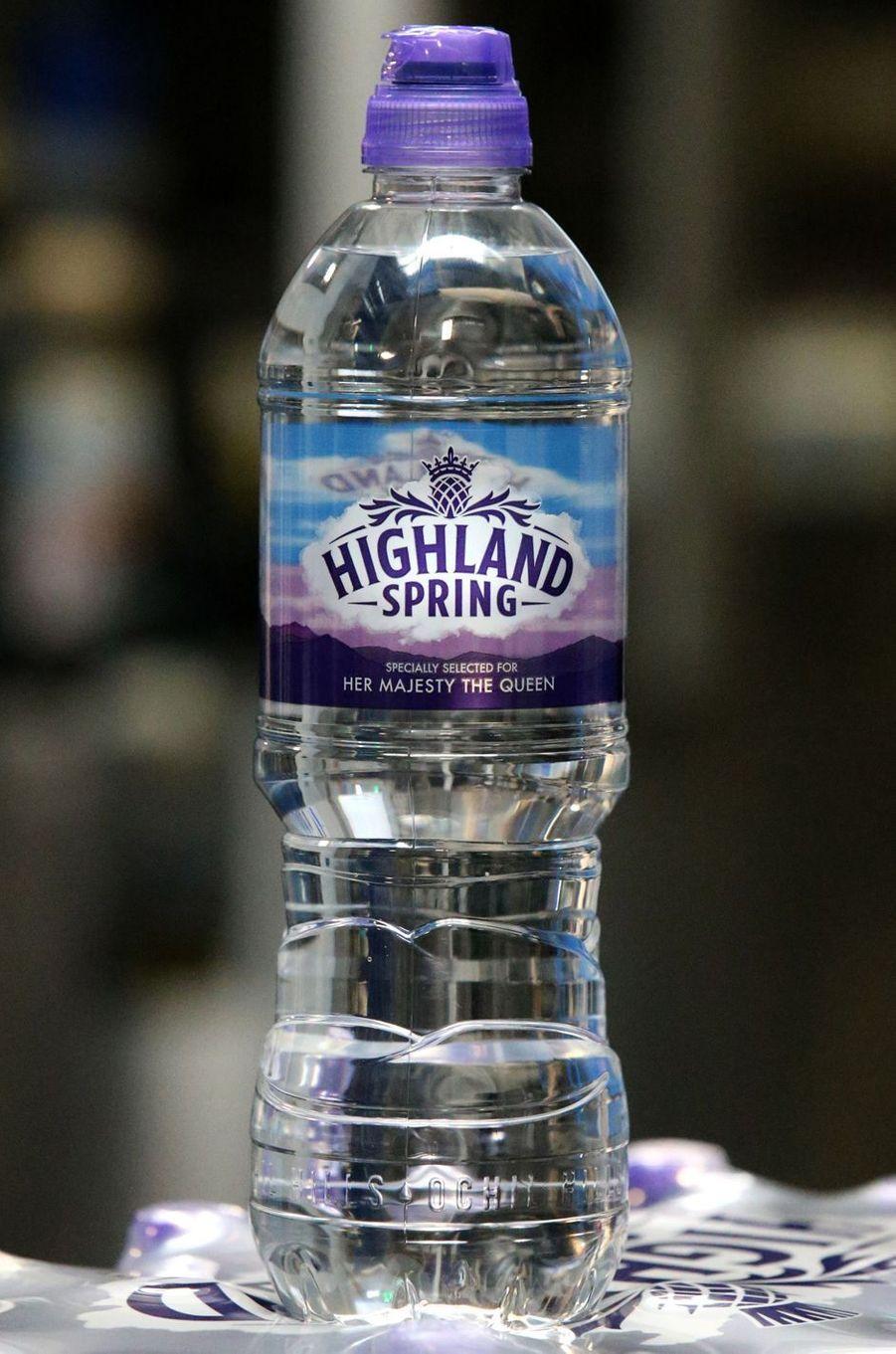 Une étiquette commémore sur les bouteilles d'eau la visite de la reine Elizabeth II à Blackford, le 6 juillet 2017