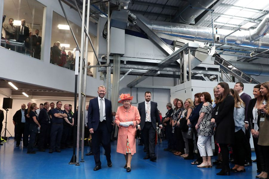 La reine Elizabeth II visite la nouvelle usine de Highland Spring à Blackford, le 6 juillet 2017