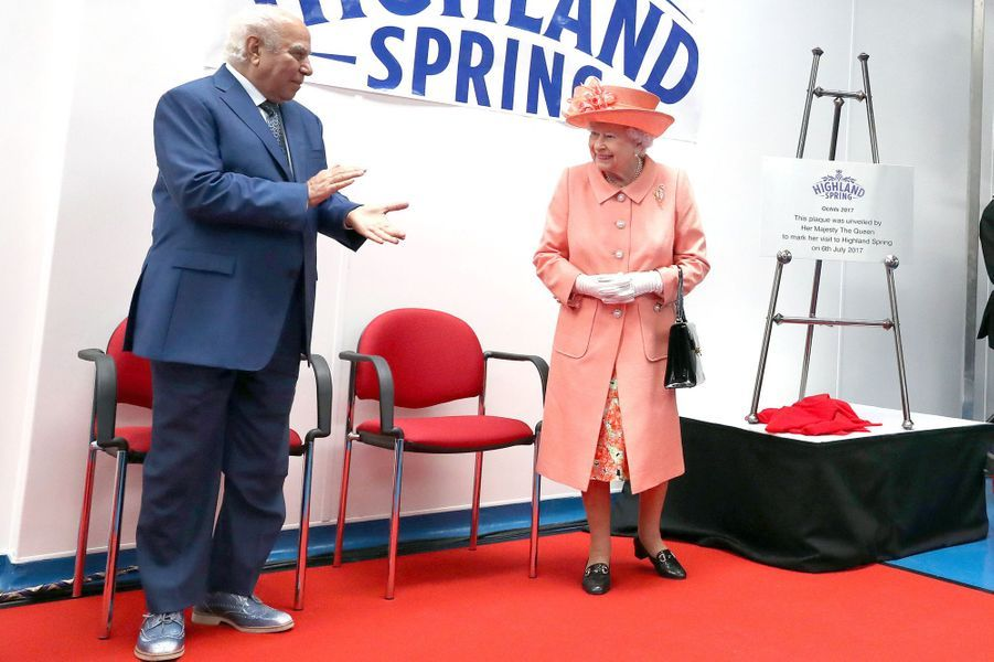 La reine Elizabeth II avec le milliardaire Mahdi Al Tajir à Blackford, le 6 juillet 2017