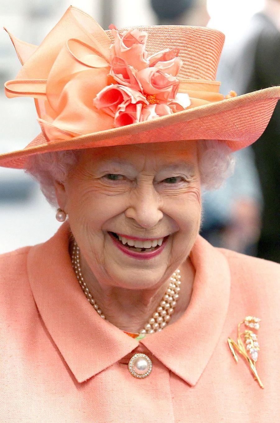La reine Elizabeth II en mandarine à Blackford, le 6 juillet 2017