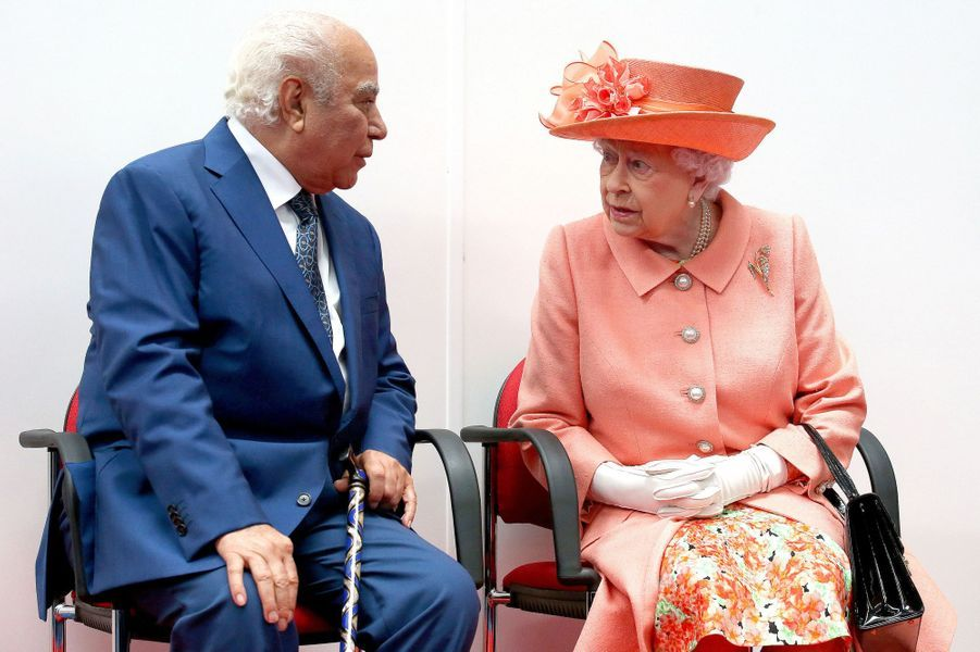 La reine Elizabeth II avec Mahdi Al Tajir à Blackford, le 6 juillet 2017