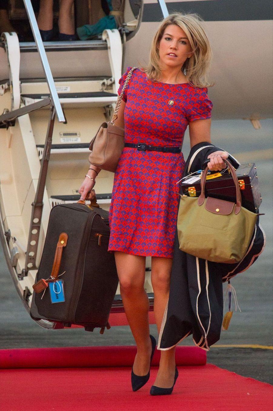 """Natasha Archer, ancienne attachée de presse, est la styliste de Kate. Au service de la famille depuis trois ans, elle aurait notamment été chargée de donner un style plus """"royal"""" à la duchesse, comme l'aurait demandé la Reine. Tash comme on la surnomme a été remarquée la première fois à la naissance de Prince George, accompagnant Amanda Cook Tucker à la maternité. C'est elle qui aurait choisi la célèbre robe bleue et blanche à pois, que portait Kate à sa sortie. Natasha s'est récemment fiancée au photographe royal de l'agence Getty, Chris Jackson."""