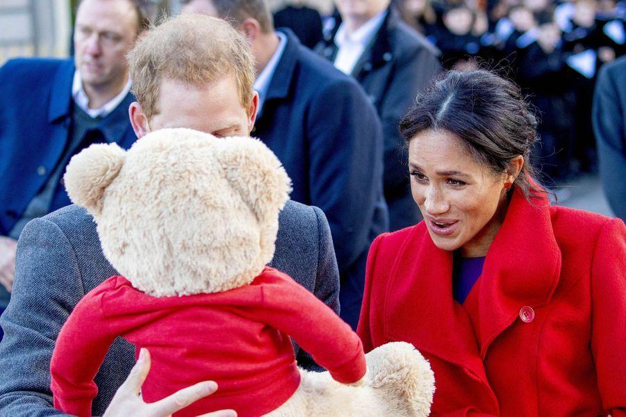 La duchesse de Sussex Meghan née Markle et son époux le prince Harry étaient en déplacement à Birkenhead ce lundi. Elle a révélé qu'elle était enceinte de six mois et qu'elle ne connaissait pas le sexe de son bébé à venir.