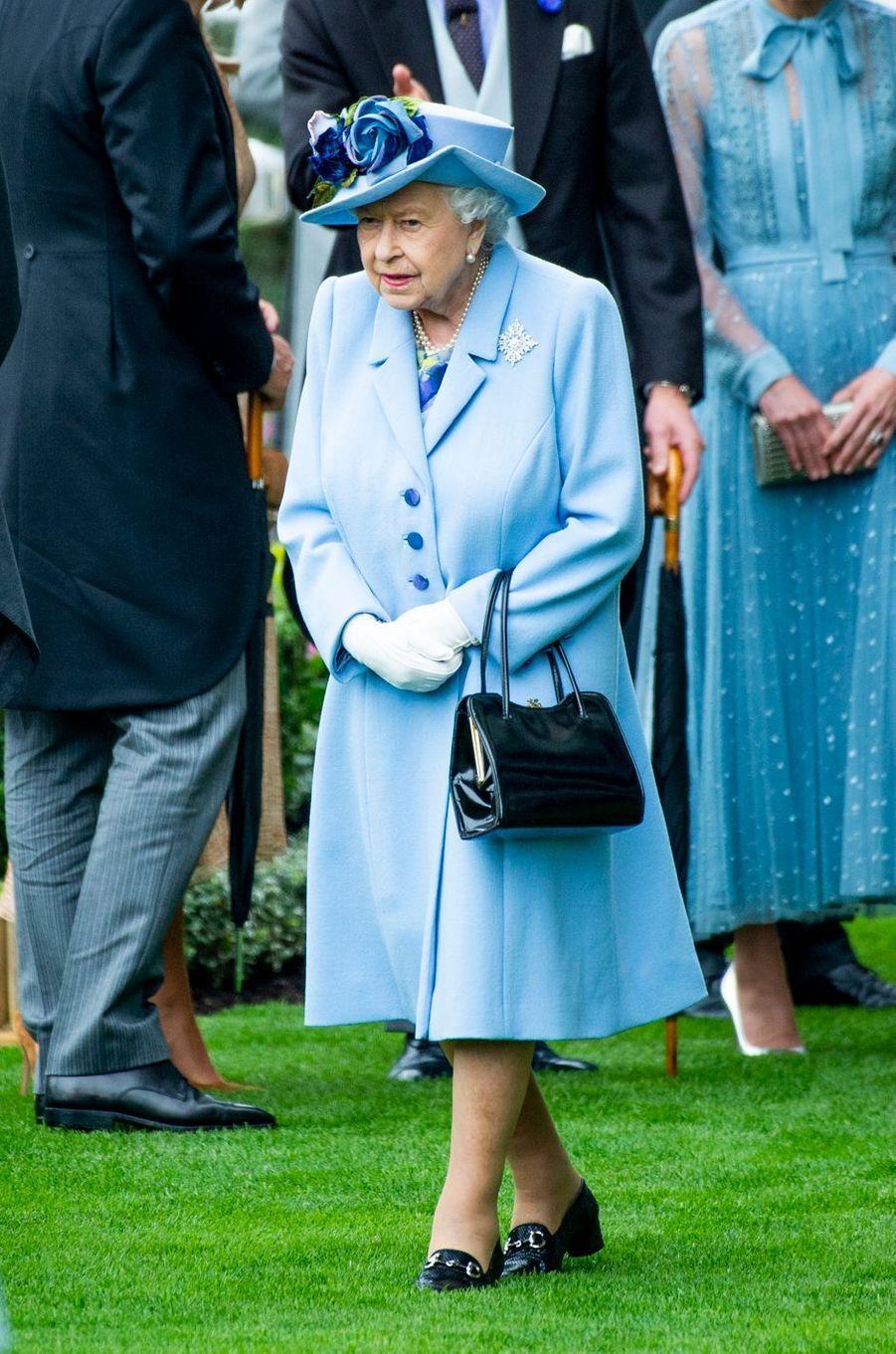 La reine Elizabeth II en bleu au Royal Ascot, le 18 juin 2019