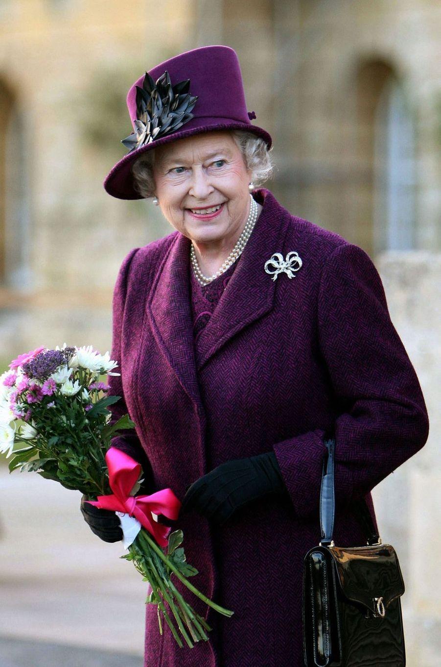 La reine Elizabeth II avec un sac Launer, le 29 novembre 2007