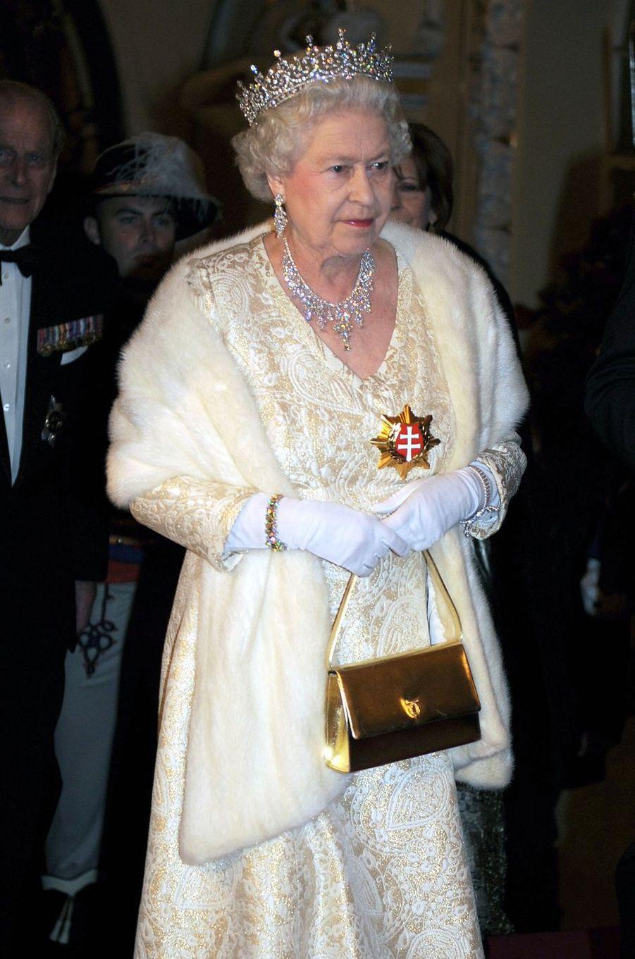 La reine Elizabeth II avec un sac Launer, le 24 octobre 2008
