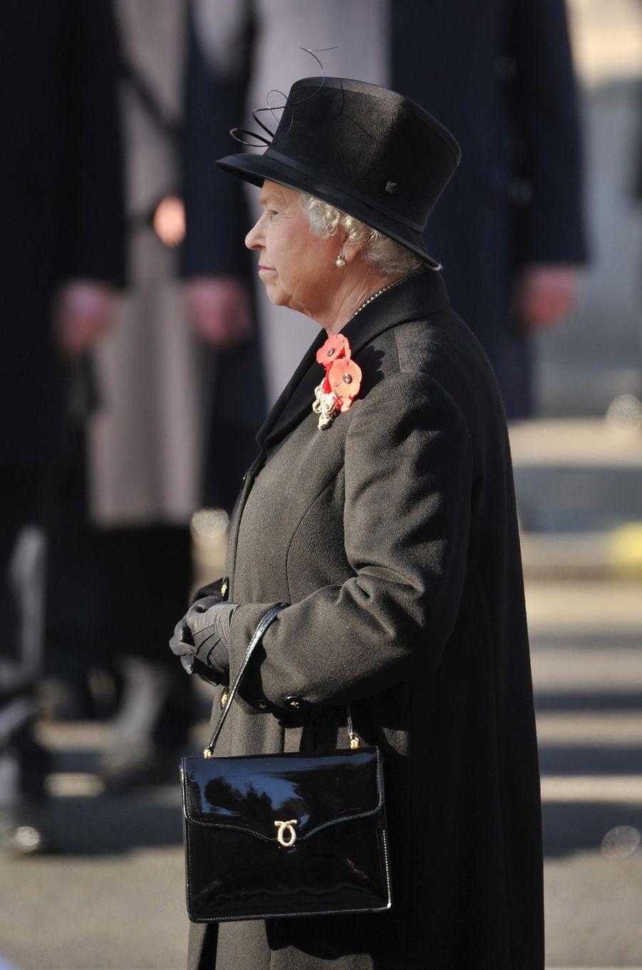 La reine Elizabeth II avec un sac Launer, le 13 novembre 2011