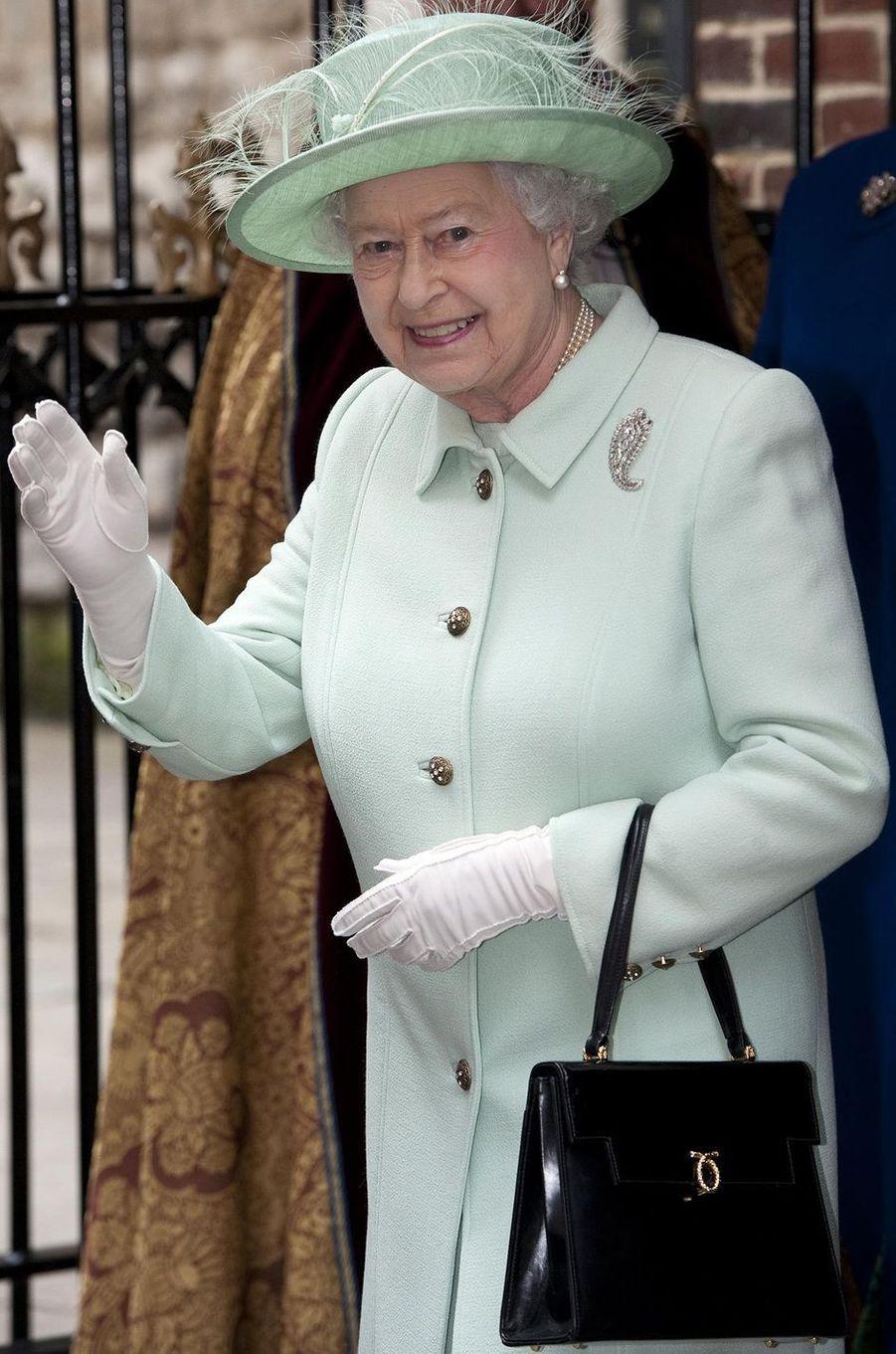 La reine Elizabeth II avec un sac Launer, le 1er novembre 2012