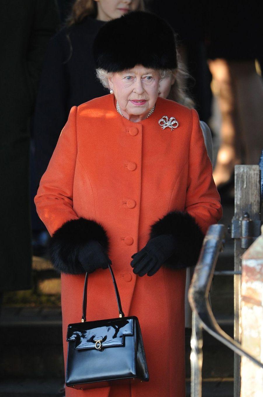 La reine Elizabeth II avec un sac Launer, le 25 décembre 2013