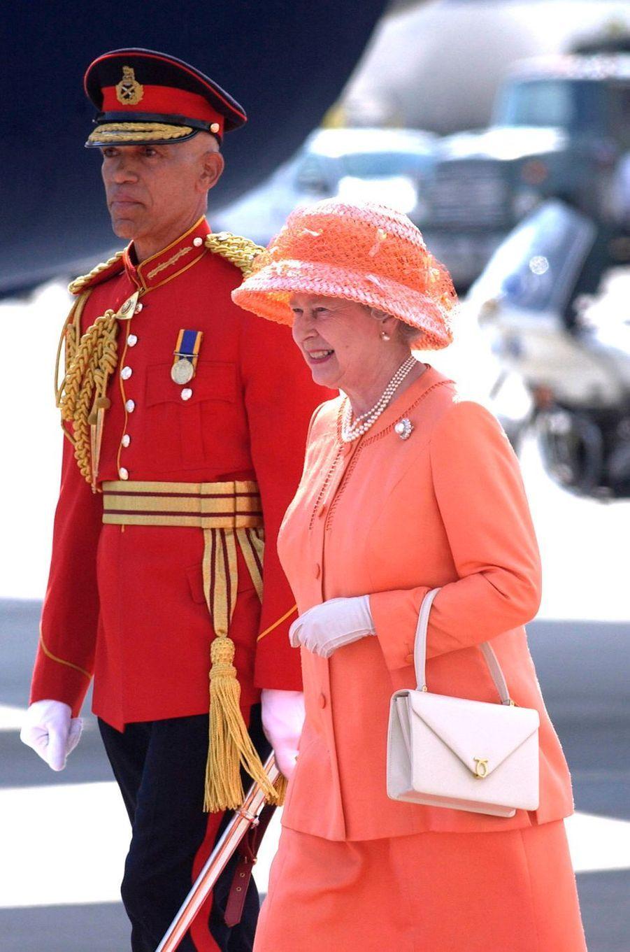 La reine Elizabeth II avec un sac Launer, le 18 février 2002
