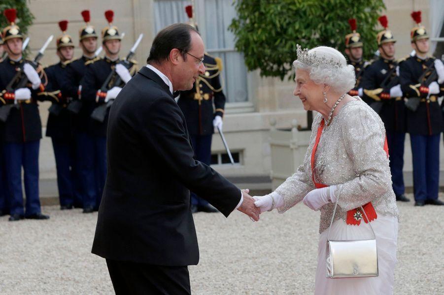 La reine Elizabeth II avec un sac Launer à Paris, le 6 juin 2014