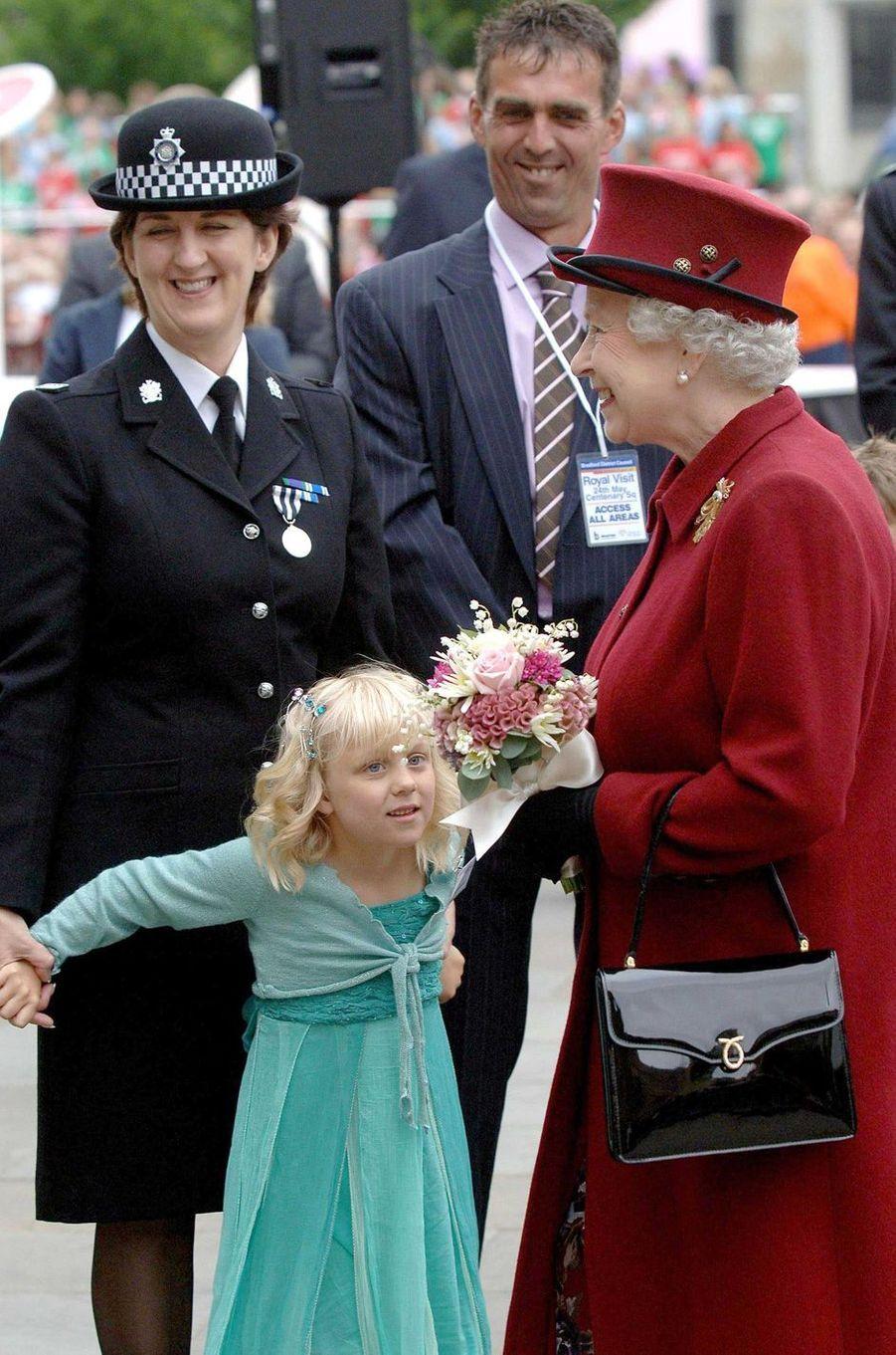 La reine Elizabeth II avec un sac Launer, le 25 mai 2007