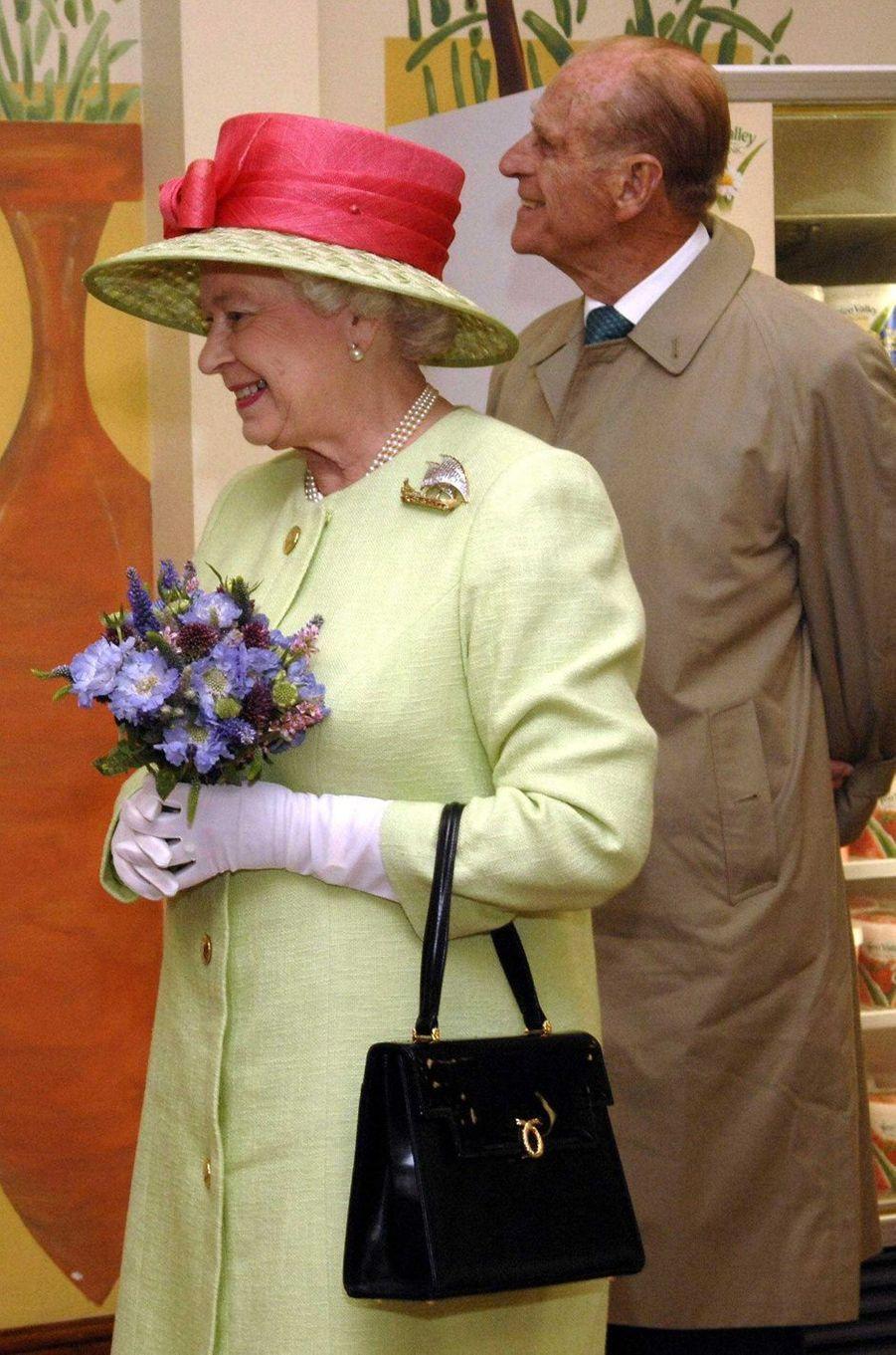 La reine Elizabeth II avec un sac Launer, le 20 juillet 2007