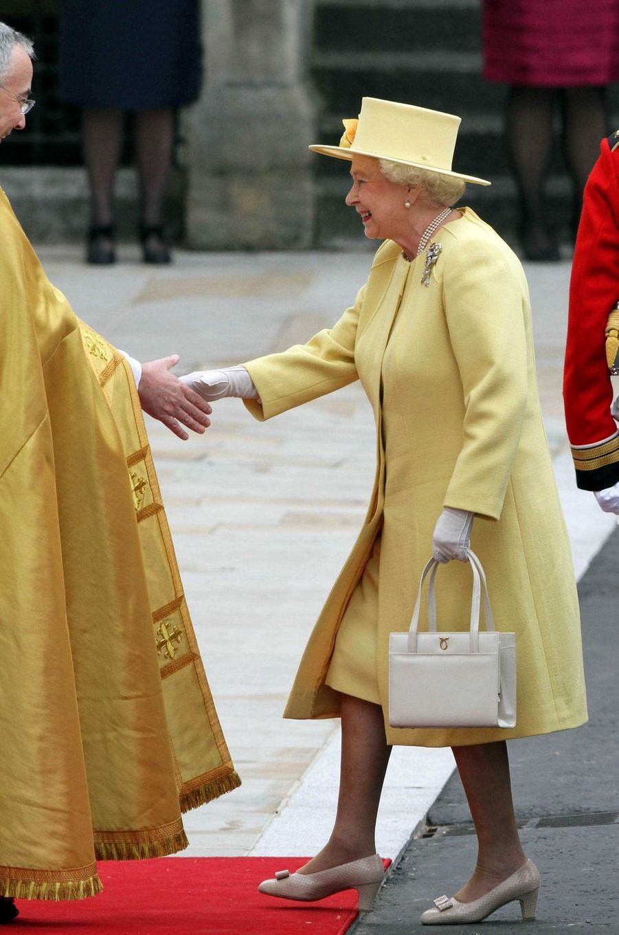 La reine Elizabeth II avec un sac Launer au mariage du prince William et de Kate Middleton, le 29 avril 2011