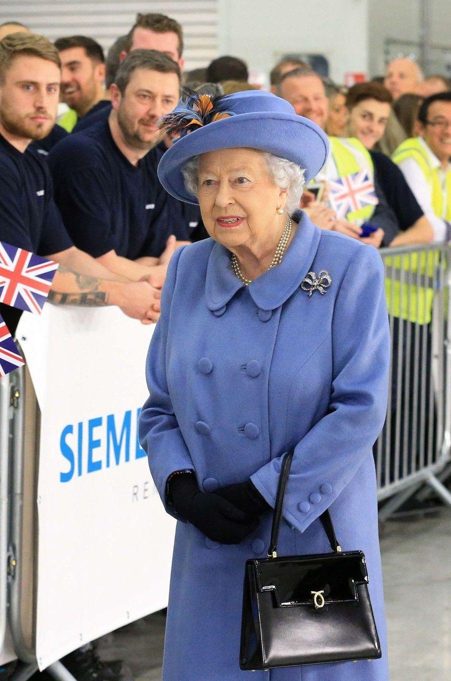 La reine Elizabeth II avec un sac Launer, le 11 novembre 2017