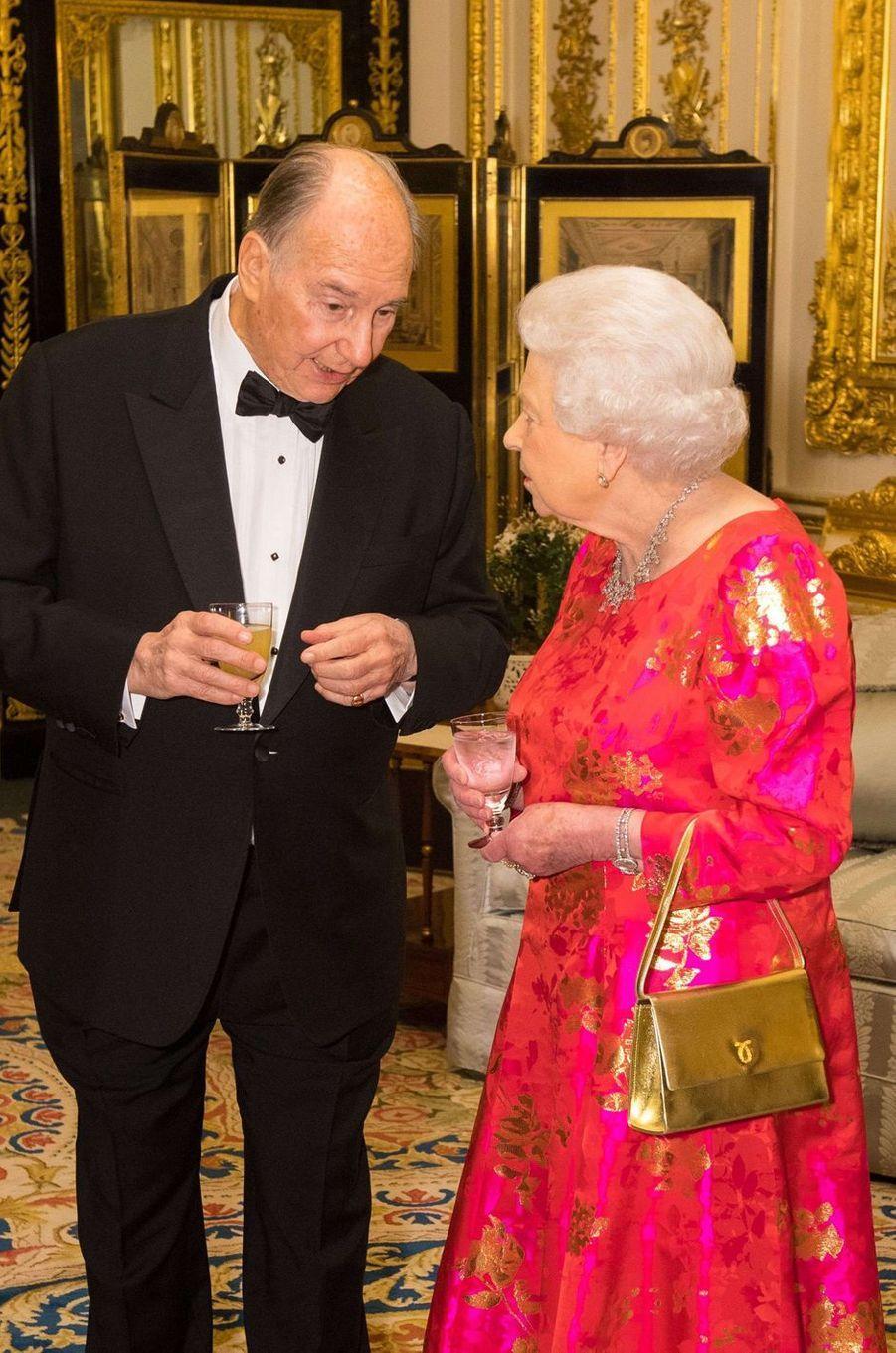 La reine Elizabeth II avec un sac Launer, le 8 mars 2018