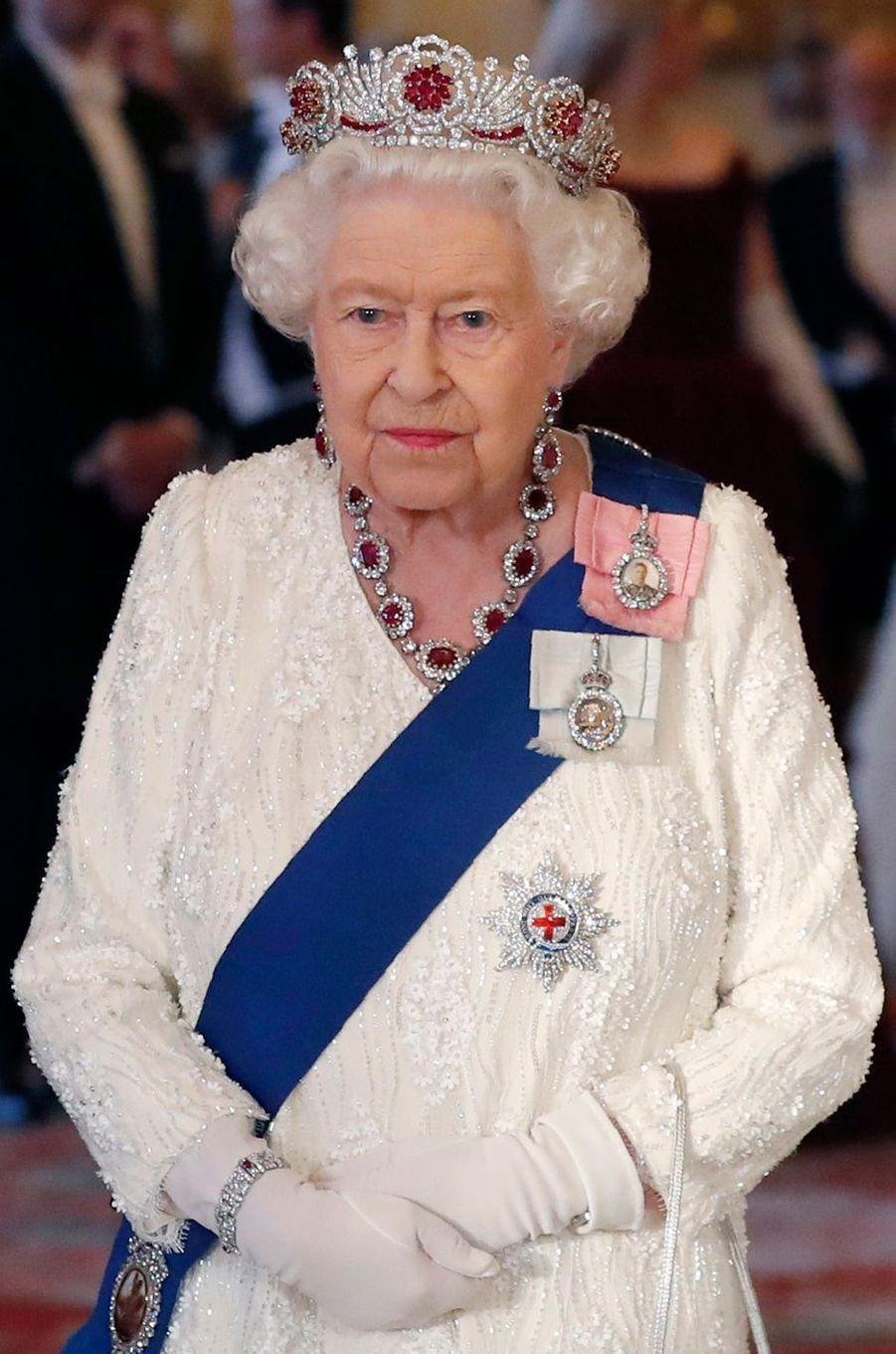 Détail de la robe de la reine Elizabeth II à Londres, le 3 juin 2019