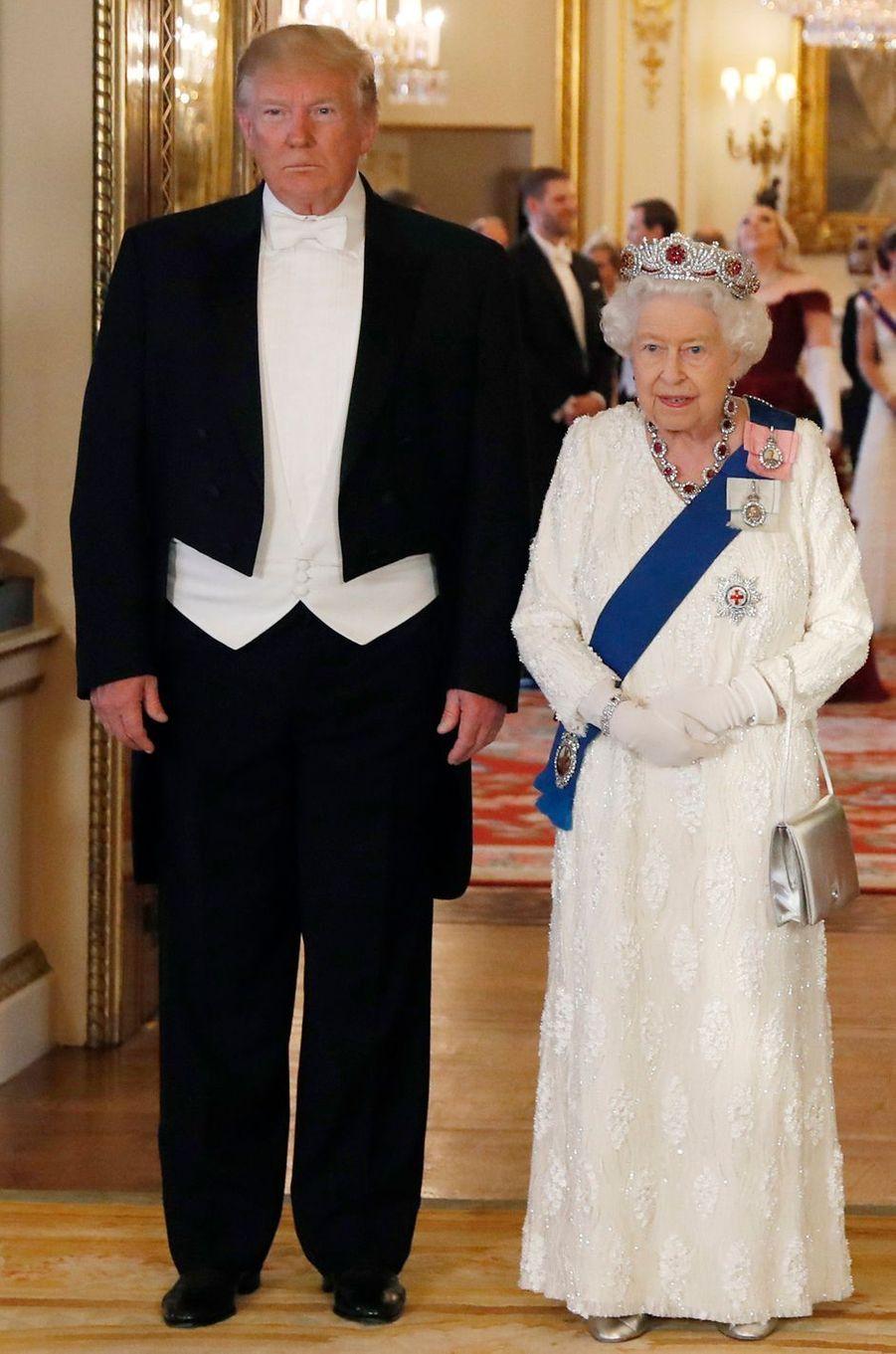 La robe immaculée de la reine Elizabeth II à Londres, le 3 juin 2019
