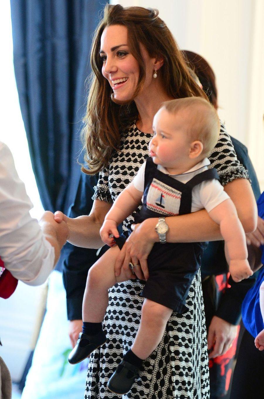 Le prince George, avec sa mère la duchesse Catherine de Cambridge, à Wellington en Nouvelle-Zélande le 9 avril 2014