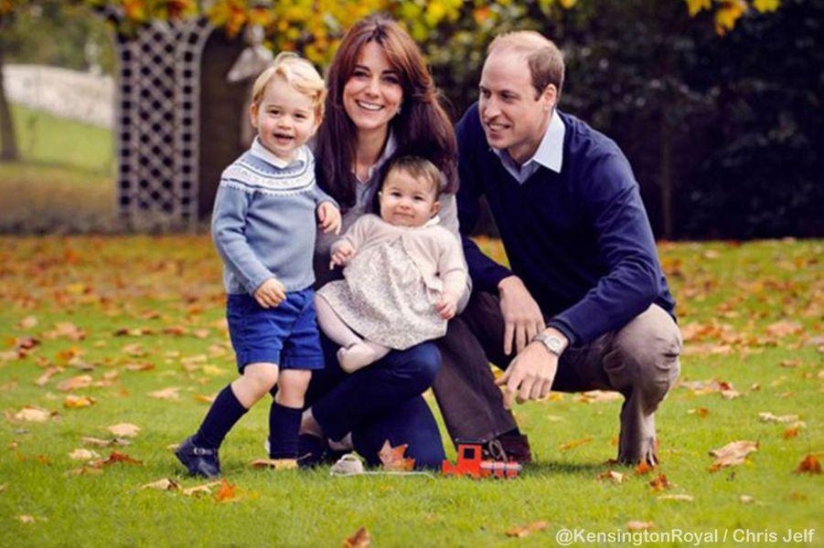 Le prince George, avec ses parents et sa petite soeur la princesse Charlotte, le 18 décembre 2015