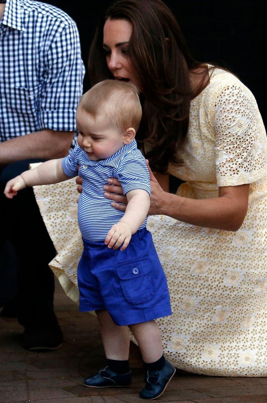 Le prince George, avec sa mère la duchesse Catherine de Cambridge, à Sidney en Australie le 20 avril 2014