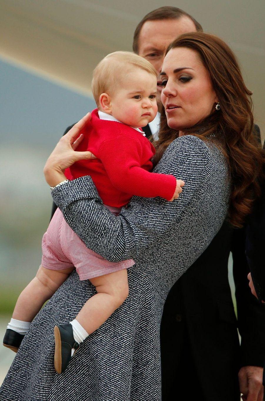 Le prince George, avec sa mère la duchesse Catherine de Cambridge, à Canberra en Australie le 25 avril 2014
